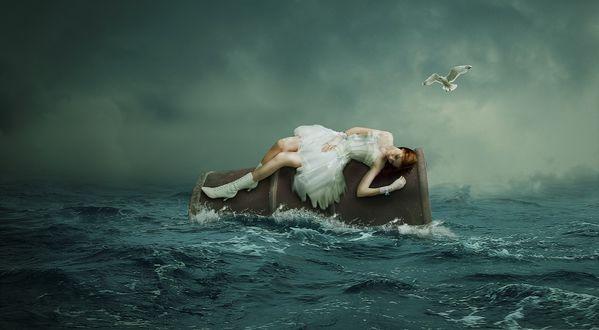 Обои Девушка в белом платье лежит на бочке, которую бросает бурное море, над ней кружится чайка на фоне темных туч