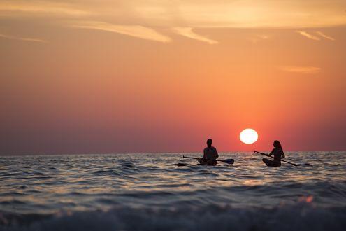Обои Парень и девушка с веслами на воде во время заката, фотограф Sebastian Voortman