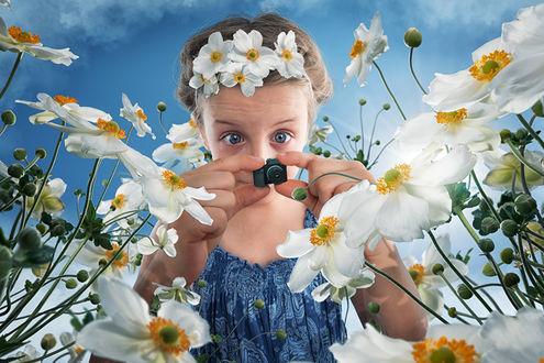 Обои Девочка фотографирует нарциссы крошечной камерой, фотограф John Wilhelm