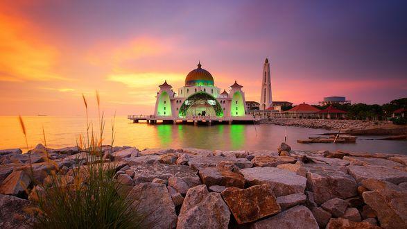 Обои Масджид Селат под вечерним небом, Малакка, Малайзия