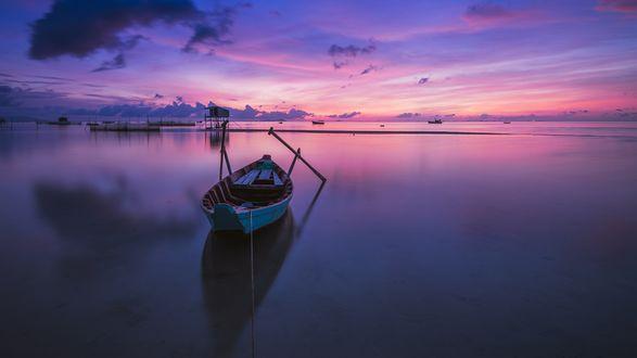 Обои Лодка с веслами на воде во время восхода на Ham Ninh, Phu Quoc island / Ham Нинь, Фукуок островах, фотограф Quang Le