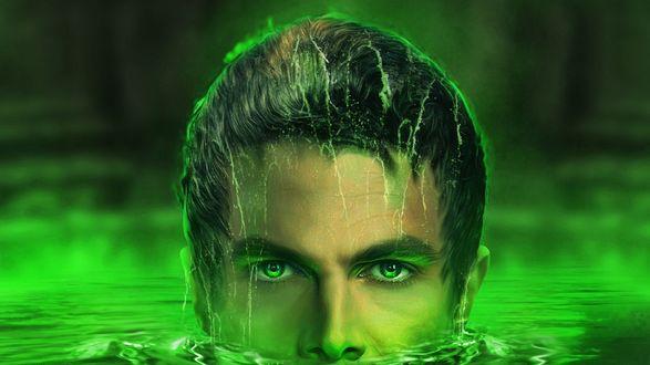 Обои Главный герой сериала Стрела Оливер Куин плывет в зеленой воде