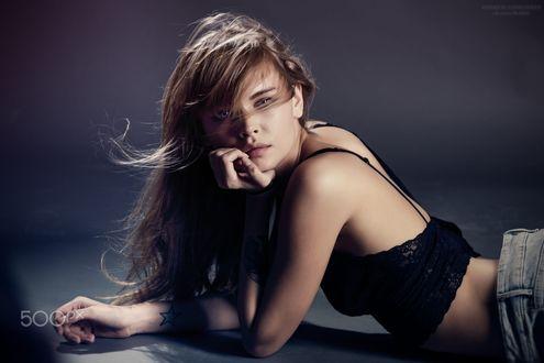 Обои Модель Анастасия Щеглова лежит на полу, фотограф Andrew Loshadkin