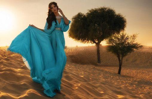 Обои Девушка в голубом платье стоит на песке, фотограф Дмитрий Плюснин