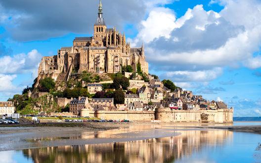 Обои Крепость Мон-Сан-Мишель, Франция / Mont-Saint-Michel, France отражается в воде прибывающего прилива в солнечный день