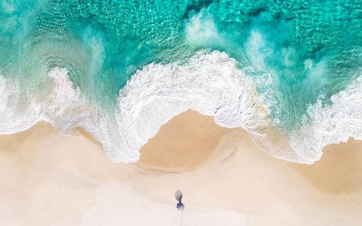 Обои Девушка под зонтиком лежит на песчаном морском пляже во время прилива