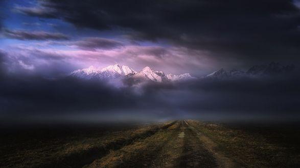 Обои Туманная дорога уходящая в горы