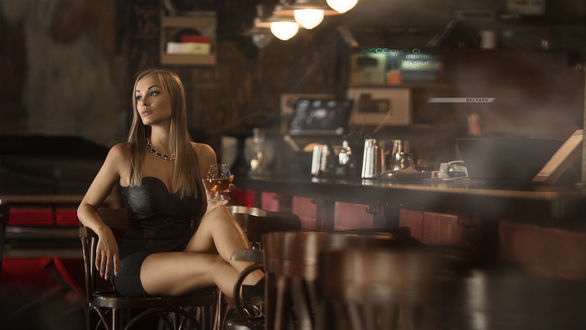 Обои Модель Олеся, с бокалом в руке, сидит недалеко от барной стойки, фотограф Dmitry Belyaev