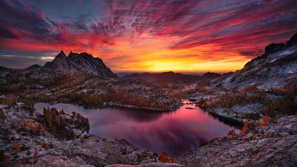 Обои Небольшое озеро у гор под красивым вечерним небом