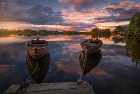 Обои Деревянные лодки, пришвартованные у мостика под облачным небом, фотограф Ole Henrik Skjelstad