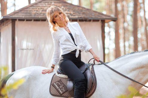 Обои Девушка сидит на лошади, фотограф Stanislav Rapach