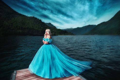 Обои Модель Александра Бордо в длинном голубом платье стоит на мостике, на фоне озера Комо, фотограф Мария Липина