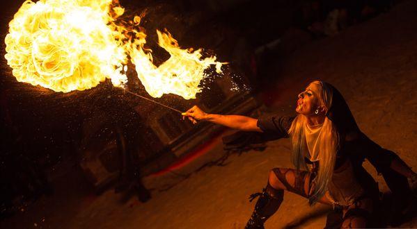 Обои Девушка выдыхает пламя