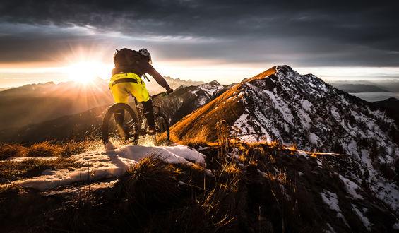 Обои Парень на велосипеде в горах