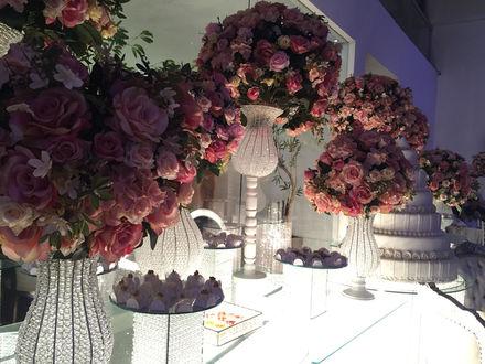 Обои Букеты роз в вазах на праздничном столе