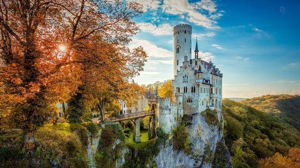 Обои Мост ведущий к замку Lichtenstein / Лихтенштайн, , расположенного в южной части Germany / Германии на скале, фотограф Daniel Vogelbacher / Дэниел Фогельбачер