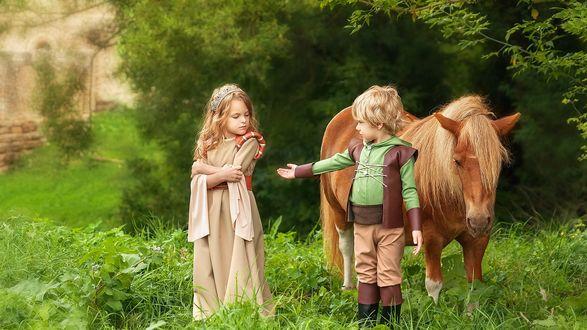 Обои На природе, возле пони, мальчик в костюме предлагает свою руку девочке, одетой в старинное платье