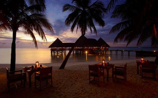 Обои Столики на берегу моря вечером, Мальдивы