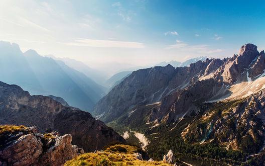 Обои Вид на горную долину ясным днем