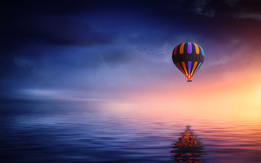 Обои Воздушный шар парит над водой, на фоне заката