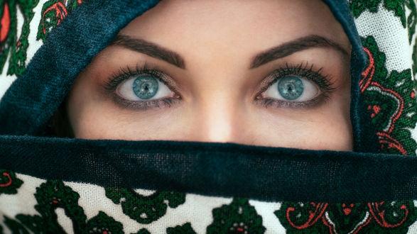 Обои Девушка с голубыми глазами прикрыла лицо хиджабом с цветочным узором, фотограф Florian Pascual