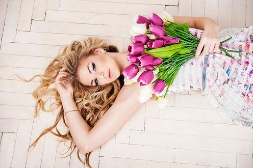 Обои Девушка с тюльпанами