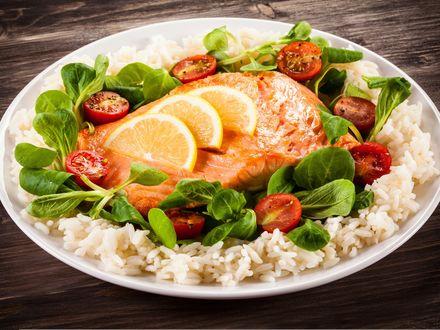 Обои Тарелка с рыбой, гарниром и овощами