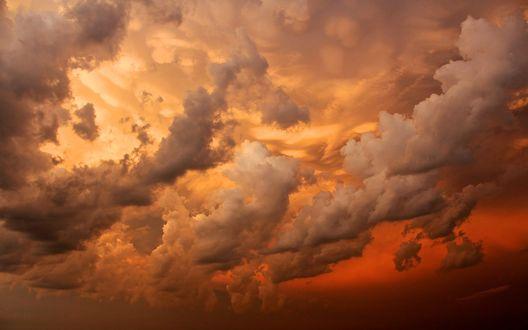 Обои Облака на небе во время золотисто-оранжевого заката