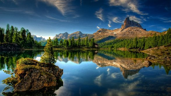 Обои Небольшое озеро, окруженное лесом и горами