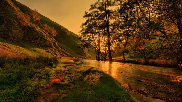 Обои Живописный закат над речкой в горах