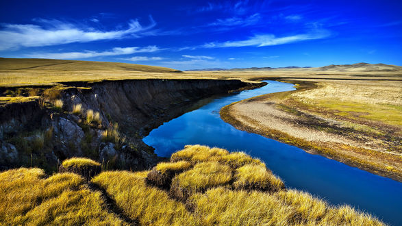 Обои Петляющая через луг речка, в которой отражается синее небо, by Dong Liping