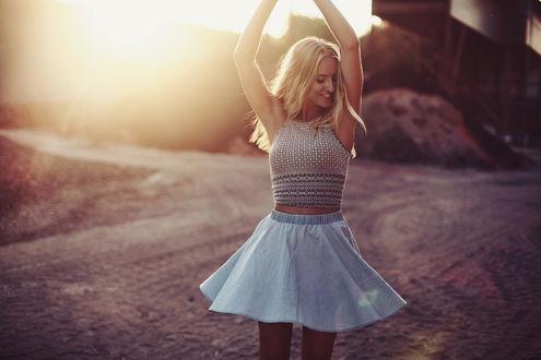 Обои Радостная девушка стоит на дороге, фотограф Jessica Christ