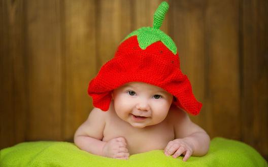 Обои Младенец в забавной шапочке-клубнике