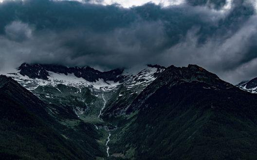 Обои Заснеженные вершины Альп в Италии на фоне покрытого темными тучами неба, автор eberhard grossgasteiger