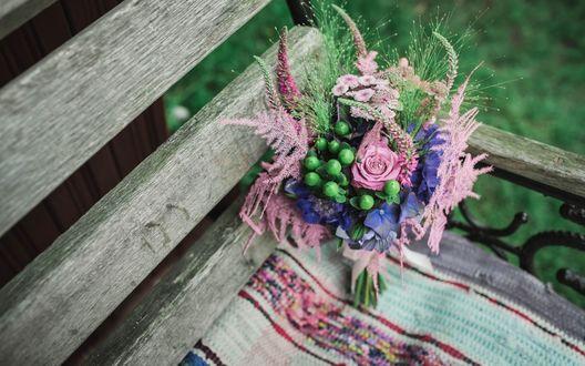 Обои Букет летних цветов стоит на садовой скамейке
