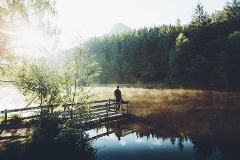 Обои Человек стоит на мостике и любуется природой, Lochan Trail, фотограф Daniel Casson