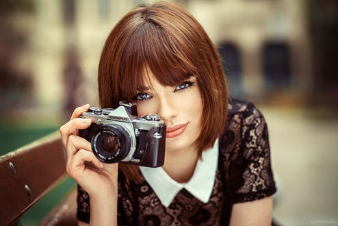Обои Модель Мария с фотоаппаратом в руке, фотограф Lods Franck