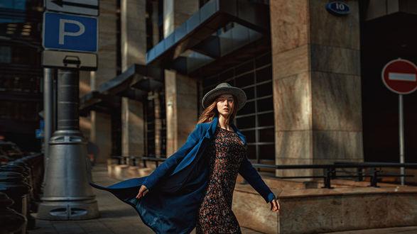 Обои Модель Мария в шляпе и пальто идет по городу, фотограф Георгий Чернядьев