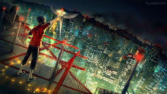 Обои Парень запускает летучего змея в виде птицы, стоя на крыше на фоне ночного города, by yuumei