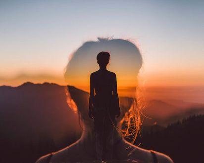 Обои Девушка стоит к нам спиной на фоне заката, Isaac Gautschi Photography