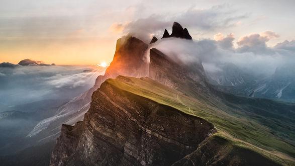 Обои Доломитовые Альпы на фоне восходящего солнца в небе, Италия