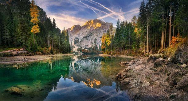 Обои Озеро Braies / Брайес в South Tyrol, Italy / Южном Тироле, Италия возле леса и гор, фотограф Александр Киценко