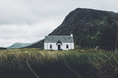 Обои Домик на фоне горы, фотограф Daniel Casson