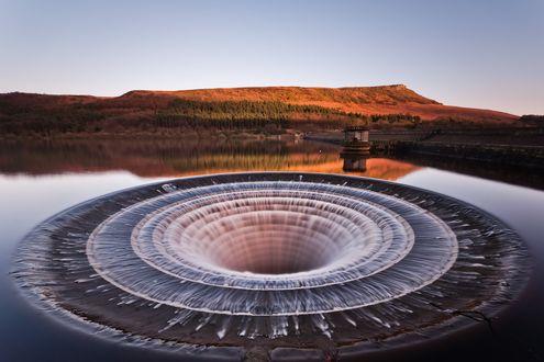 Обои Большая воронка в водохранилище Ледибауэр, Великобритания