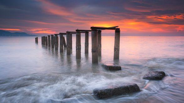 Обои Заброшенный мост на закате в Pantai Robina, Penang / Пантай Робин, Пенанг, фотограф Hafiz Ismail