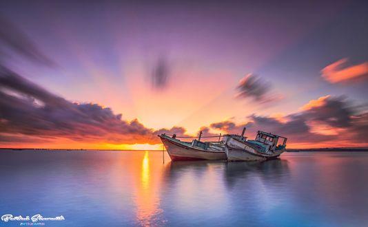 Обои Старые лодки на мели в море