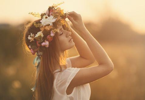 Обои Девушка с закрытыми глазами с венком из цветов на голове на фоне природы