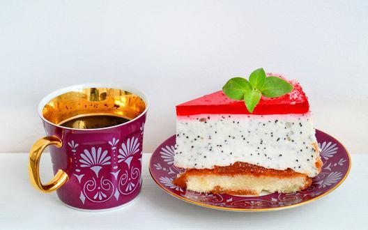 Обои Чашка чая и пирожное на блюдце, украшенное листочками мяты