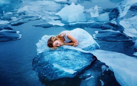 Обои Светловолосая девушка в белом платье лежит на льдине, фотограф Ronny Garcia