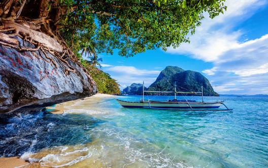 Обои Прогулочная лодка в тропической бухте, освещенной ярким солнцем, Филиппины